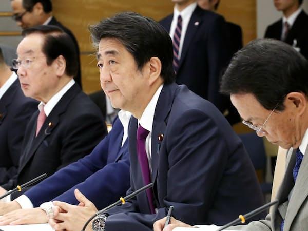 5月の月例経済報告に関する関係閣僚会議に臨む安倍首相(5月24日、首相官邸)