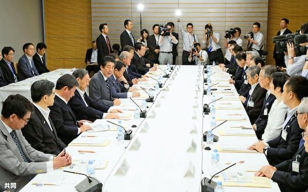 首相官邸で開かれた中央防災会議。左から5人目はあいさつする安倍首相(5月31日午前)=共同