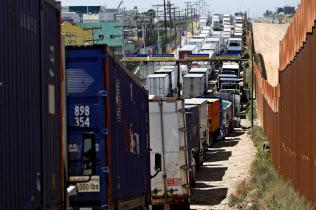 米国にとってメキシコは中国に次ぐ2番目の輸入相手国だ(4月、メキシコから米国への通関を待つトラックの列)=ロイター