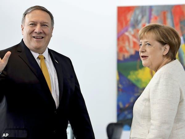 31日、ベルリンで会談したポンペオ米国務長官(左)とドイツのメルケル首相=AP