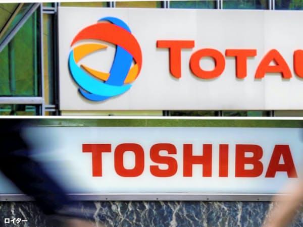 東芝は1000億円規模の損失を計上する見通し(東芝、トタル両社の看板)=ロイター