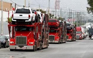 米政権によるメキシコ製品への関税発動表明により景気への懸念が広がった(31日、米メキシコ国境をトレーラーで運ばれるトヨタ車)=ロイター