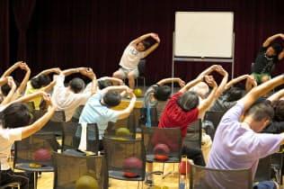 自治体の健康づくり事業で高齢者に体操を指導(埼玉県)