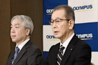 オリンパスは米投資ファンドから取締役を受け入れる(4月1日付で就任した竹内康雄社長兼CEO(右)、1月の会見)