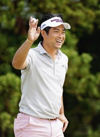 第3日、16番でバーディーを決め、笑顔で歓声に応える池田勇太。通算6アンダーで首位に浮上(1日、ザ・ロイヤルGC)=共同