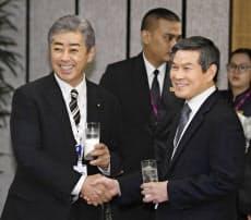 「アジア安全保障会議」の昼食会会場で韓国の鄭景斗国防相(右)と握手する岩屋防衛相(1日、シンガポール)=共同