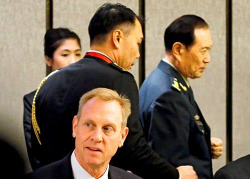 昼食会に参加した中国の魏国防相(右)とシャナハン米国防長官代行=ロイター