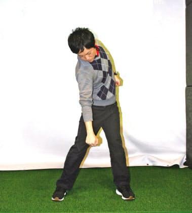スイングの腰と手の動きは空手の瓦割りの要領。バックスイングで右手を引いて右腰を切り上げ、ダウンスイングで右手を突き下ろし、左腰を切り上げる