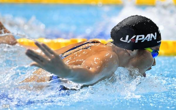 女子200メートルバタフライ決勝 力泳する2位の牧野紘子(1日、東京辰巳国際水泳場)=共同