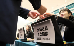 経団連主導のルールで最後の就活選考が解禁された(1日、東京都千代田区の三井住友海上火災保険)