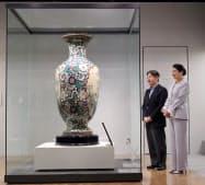 「間取り花鳥文大花瓶」を鑑賞する天皇、皇后両陛下(1日、愛知県あま市の市七宝焼アートヴィレッジ)=代表撮影