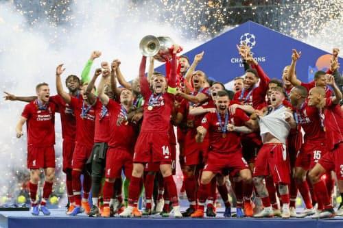 欧州チャンピオンズリーグで優勝し、喜ぶリバプールの選手たち(1日、マドリード)=ゲッティ共同