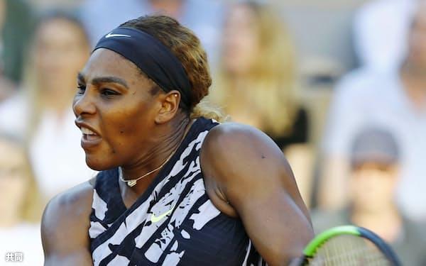 女子シングルス3回戦で、ソフィア・ケニンに敗れたセリーナ・ウィリアムズ(1日、パリ)=共同
