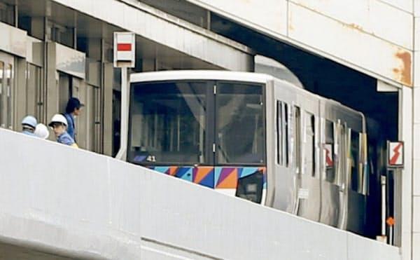 「金沢シーサイドライン」の新杉田駅で逆走する事故を起こし、原因調査が続く車両(2日午前10時32分、横浜市磯子区)=共同