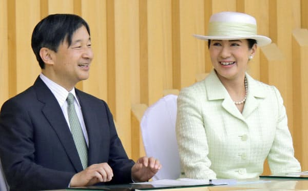 全国植樹祭の式典に出席した天皇、皇后両陛下(2日午前、愛知県尾張旭市の県森林公園)=共同
