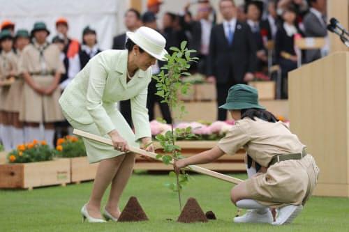 第70回全国植樹祭で苗木を植える皇后陛下(2日、愛知県尾張旭市の愛知県森林公園)=代表撮影