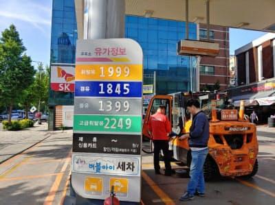 ソウルのガソリン価格は年初から13%上昇。中心部は1リットル2000ウォンに迫る(ソウル市中心部のガソリンスタンド)