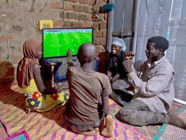 丸紅は、太陽光パネルとテレビをセットで非電化地域の住民に提供し、将来の生活消費取り込みを狙う