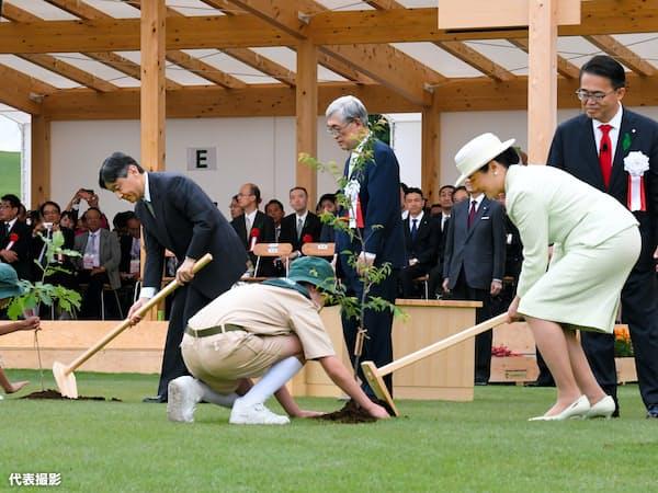 第70回全国植樹祭の式典会場で、苗木を植える天皇、皇后両陛下(2日、愛知県尾張旭市の愛知県森林公園)=代表撮影
