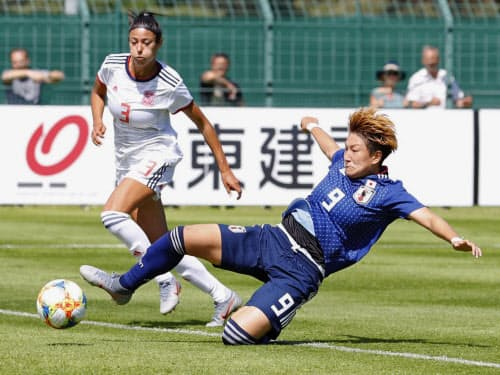 日本―スペイン 後半、同点ゴールを決める菅沢=9(2日、ルトゥケ)=共同