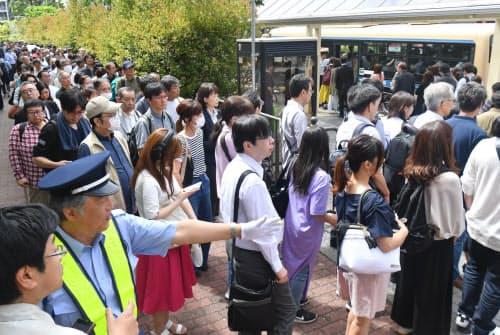 「シーサイドライン」が運休し、新杉田駅前から代行輸送のバスに乗る利用客(3日午前、横浜市磯子区)