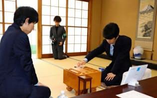 3日午前に始まった藤井七段(右)対佐々木五段戦(東京・千駄ケ谷の将棋会館)