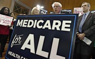 4月、「メディケア・フォー・オール」法案再提出を発表するサンダース米上院議員(右から2人目)ら=AP