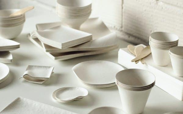 皿のほかに、紙コップなどもそろえる
