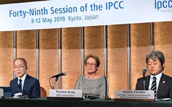 記者会見するIPCCの李会晟(イ・フェソン)議長(左)ら(5月13日、京都市)
