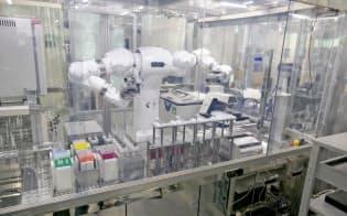 ヒト型ロボット「まほろ」は、複雑なバイオ実験もミスなくできる(産総研臨海副都心センターのサイバーフィジカルシステム研究棟)