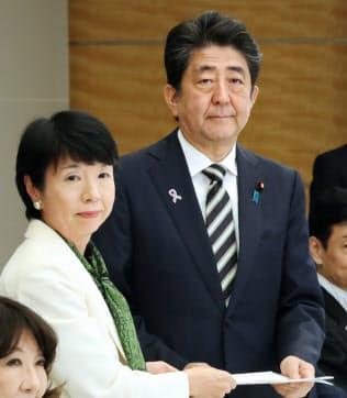 2018年11月、規制改革推進会議の大田弘子議長から答申を受け取る安倍晋三首相(首相官邸)