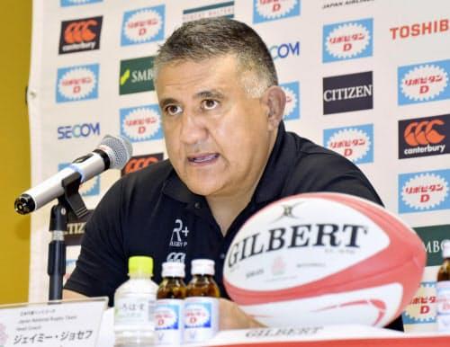 記者会見するラグビー日本代表のジョセフ・ヘッドコーチ(3日、東京都内)=共同