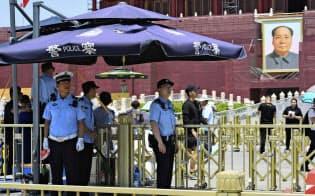 天安門広場で警備に当たる警察官(3日、北京)=共同