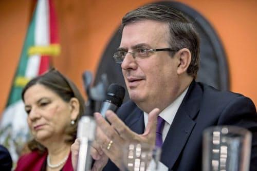 関税回避へ向けた米政府との交渉を前に会見するメキシコのエブラルド外相(右)(3日、ワシントン)=AP