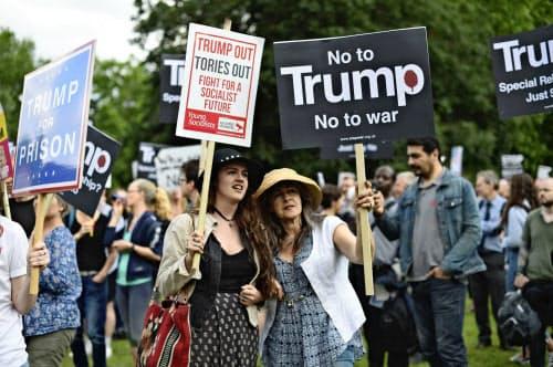 トランプ米大統領の主張に反し、バッキンガム宮殿付近でもデモがあった(3日、ロンドン)=AP