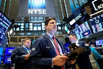 市場では利下げ観測が強まっている(ニューヨーク証券取引所)=ロイター