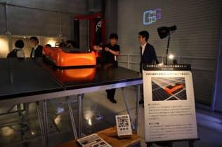 センターオブガレージに太陽光パネル清掃ロボットの未来機械(高松市)などが新たに製品を展示した(東京・墨田)