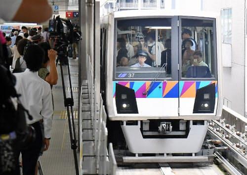 手動運転で運行再開した「シーサイドライン」(4日午前、横浜市磯子区)