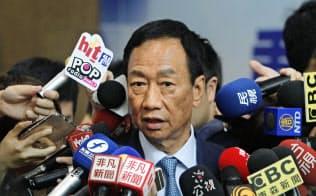メディアに囲まれる鴻海の郭台銘董事長。来年の台湾総統選挙に国民党から出馬を目指している=AP
