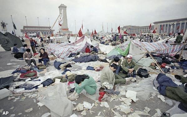 事件前、民主化を訴える多くの学生らがいた天安門広場(1989年5月28日)=AP