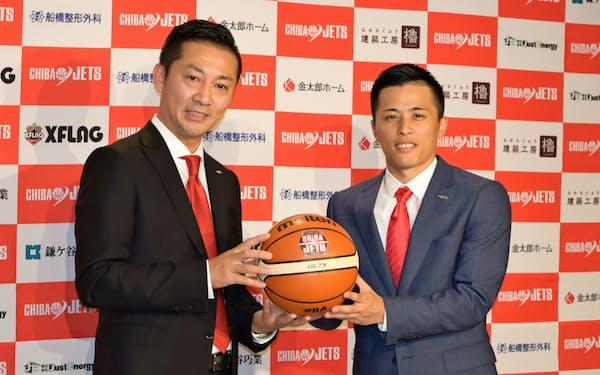日本出身で初の1億円選手になった富樫(右)と写真撮影に応じる千葉ジェッツふなばしの島田社長
