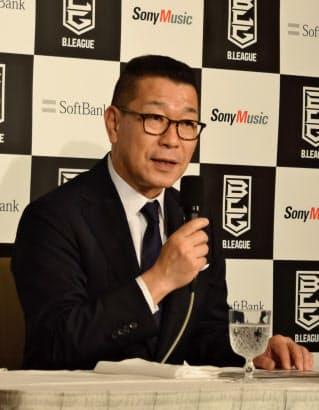日本出身で初の1億円選手誕生について記者会見するBリーグの大河チェアマン