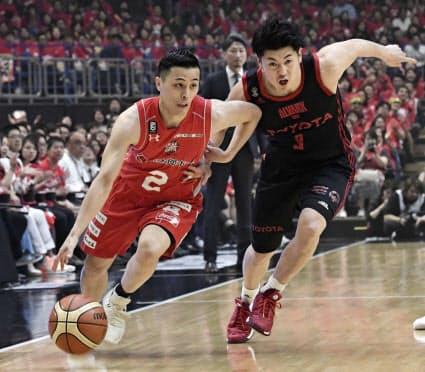 富樫(左)のパフォーマンスは「バスケットをしている少年少女に夢と希望を与える」と島田社長=共同