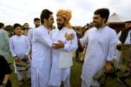 4日、ラマダンの終了を喜ぶイスラム教徒ら(パキスタン北部のペシャワール)=ロイター