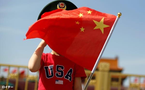 天安門広場で「USA」Tシャツを着て中国国旗を振る少年。若者たちの米国への憧れは幻滅へと変わりつつある=ロイター