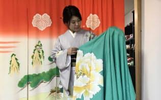 加賀友禅の着物は手描きの繊細さが特徴だ(金沢市)