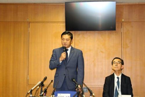 記者会見する千代松・泉佐野市長(左、大阪府泉佐野市)