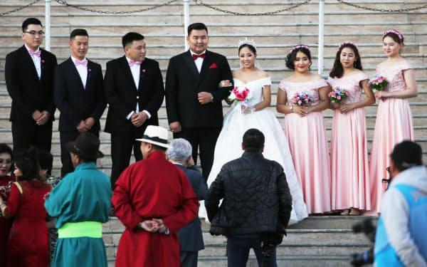スフバートル広場に並ぶ新郎新婦(中央)とおそろいの衣装を着る花嫁介添え役「ブライズメイド」と花婿介添え役「アッシャー」