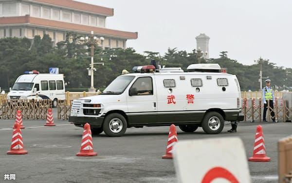 封鎖された天安門広場前の道路で警備に当たる武装警察の車(4日、北京)=共同