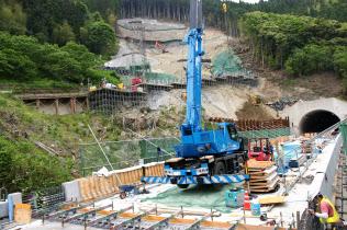 高知道上り線に架かる立川橋は橋桁の架設を終えた(5月27日午後、高知県大豊町)